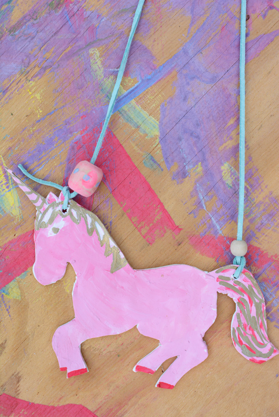 DIY Unicorn Necklace! Cute and easy kids craft idea! #diy #kidscraft #unicorndiy #unicorn #unicorntheme #unicorncraft