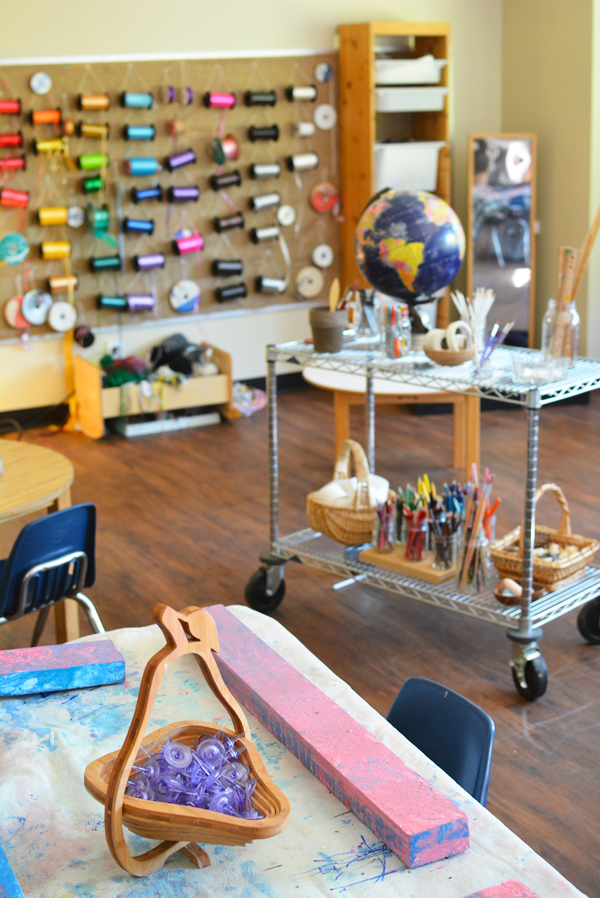 I love this art studio! I want to jump in the pic.  So reggio.